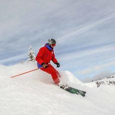Ein Skifahrer im Sunshine Village