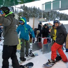 Wintersportler am Skilift im Sunshine Village