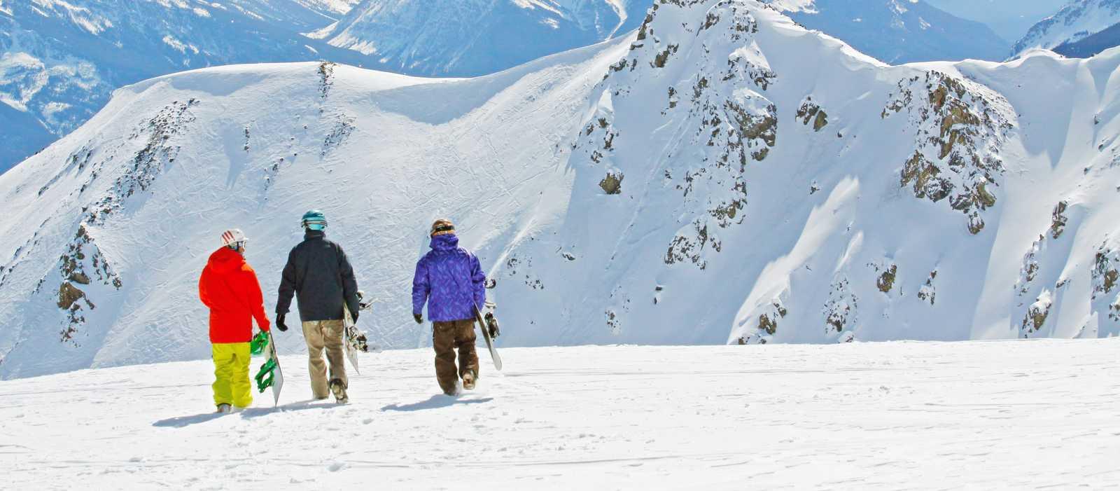 Drei Snowboarder geniessen die Aussicht