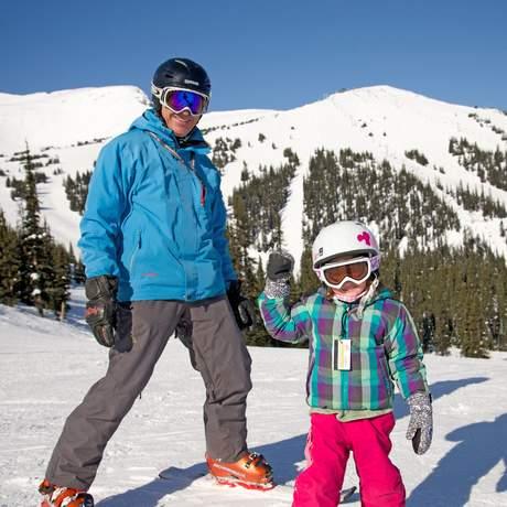 Familien-skifahren im Marmot Basin, Alberta