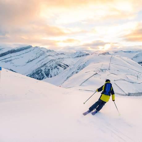 Skifahrer im Lake Louise Ski Resort in Kanada