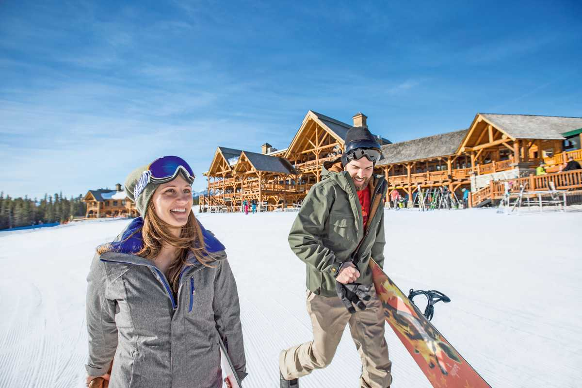 Ein Pärchen auf dem Weg zum Snowboarden