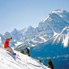 Snowboarding vor Bergkulisse