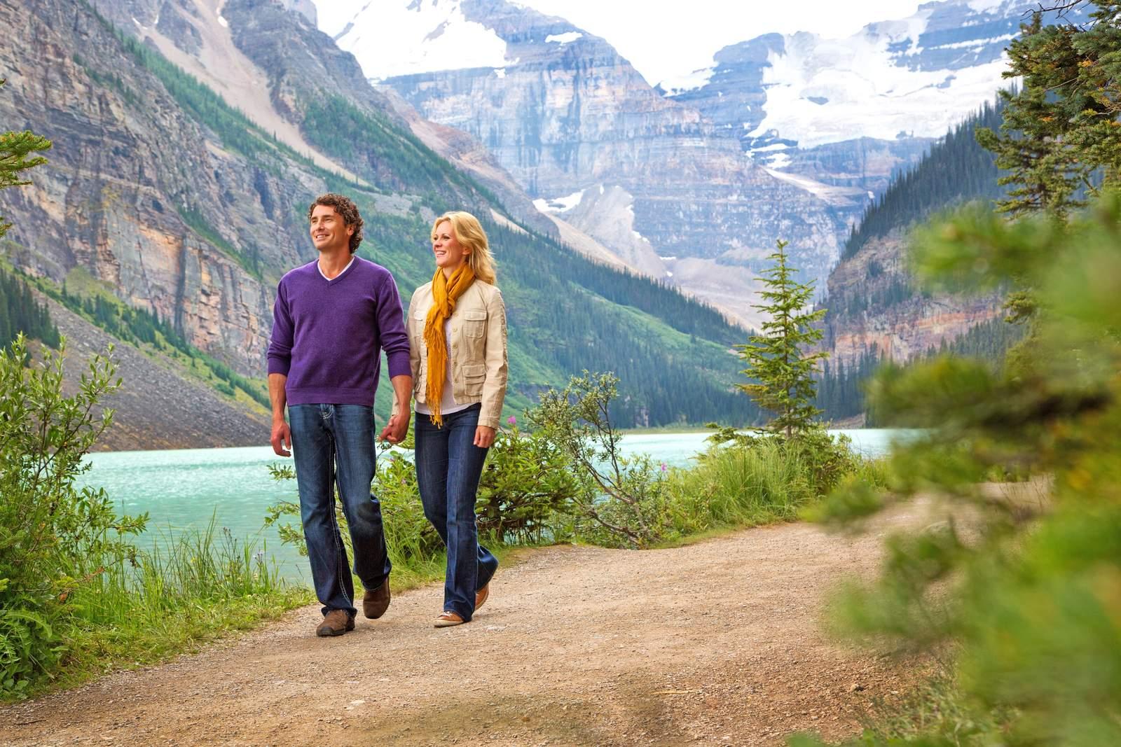 Spaziergang entlang des Lake Louise