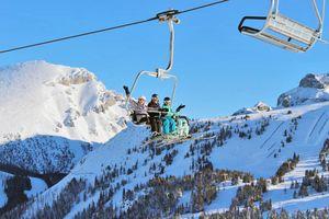 Ski-Gruppe im Lift von Sunshine Village