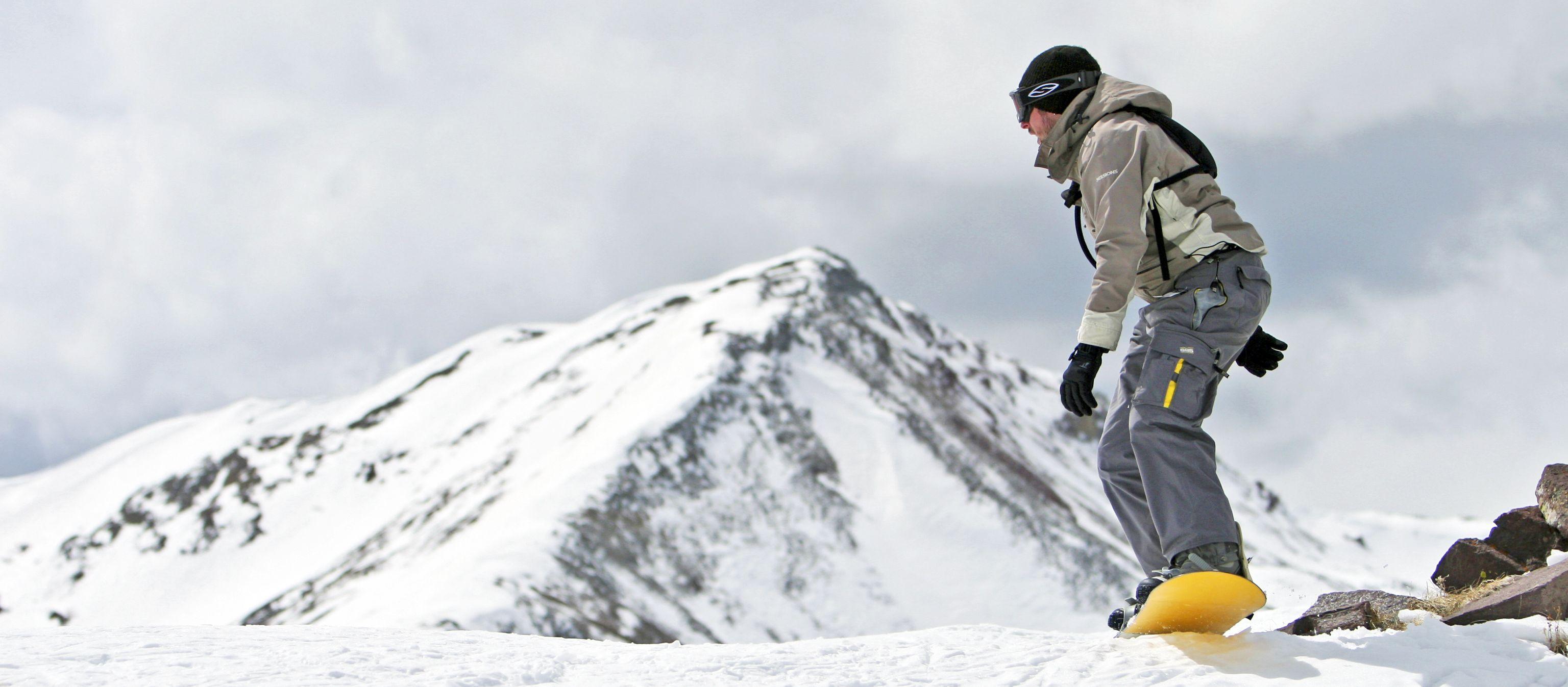 Snowboarder startklar kurz vor der Abfahrt