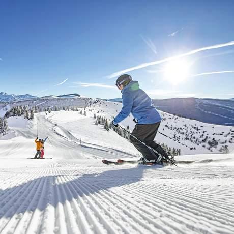 Freunde beim Skifahren auf dem Vail Mountain.