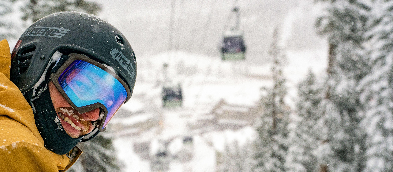 Ein Snowboarder im Winter Park Resort im US-Bundesstaat Colorado