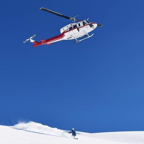 Snowboarder mit Helikopter