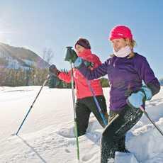 Zwei Ladys beim Schneeschuhlaufen