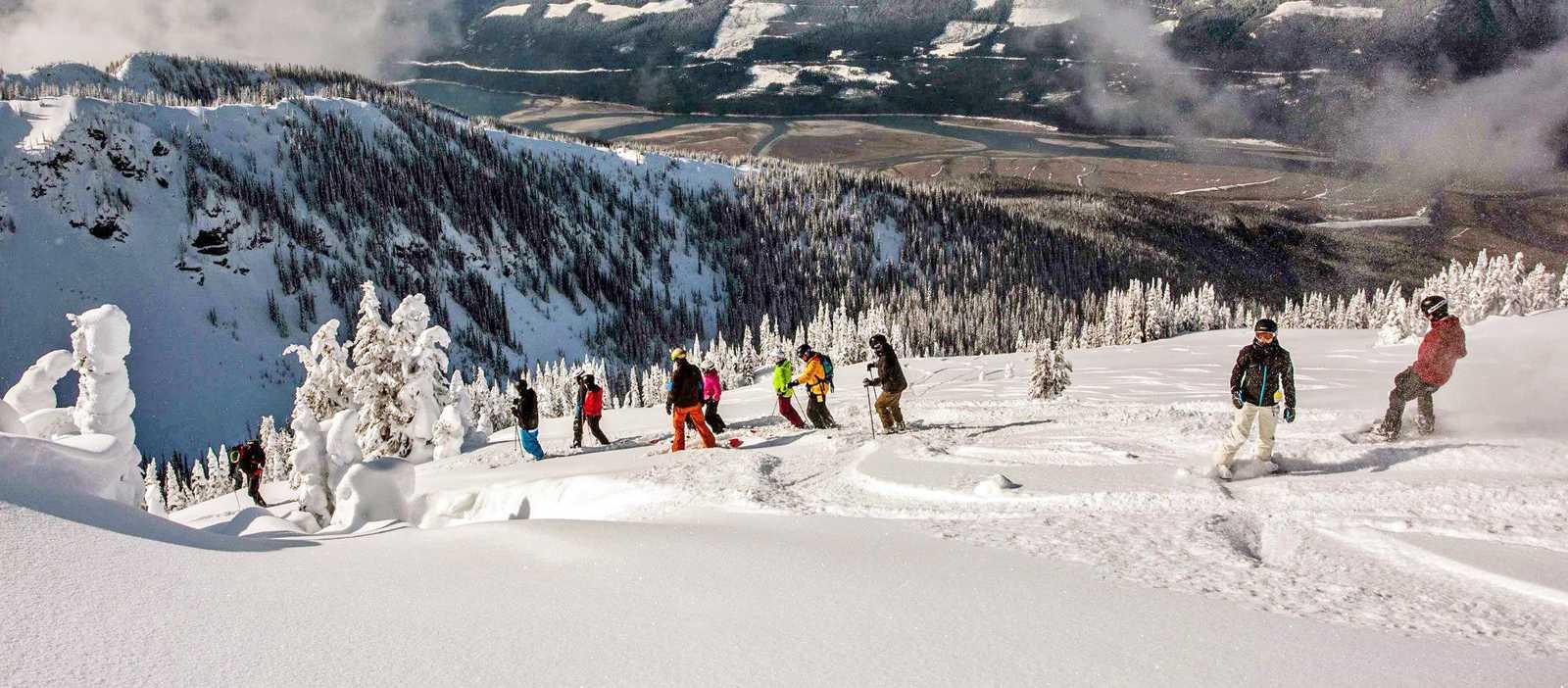 Gruppe Skifahrer auf dem Berg