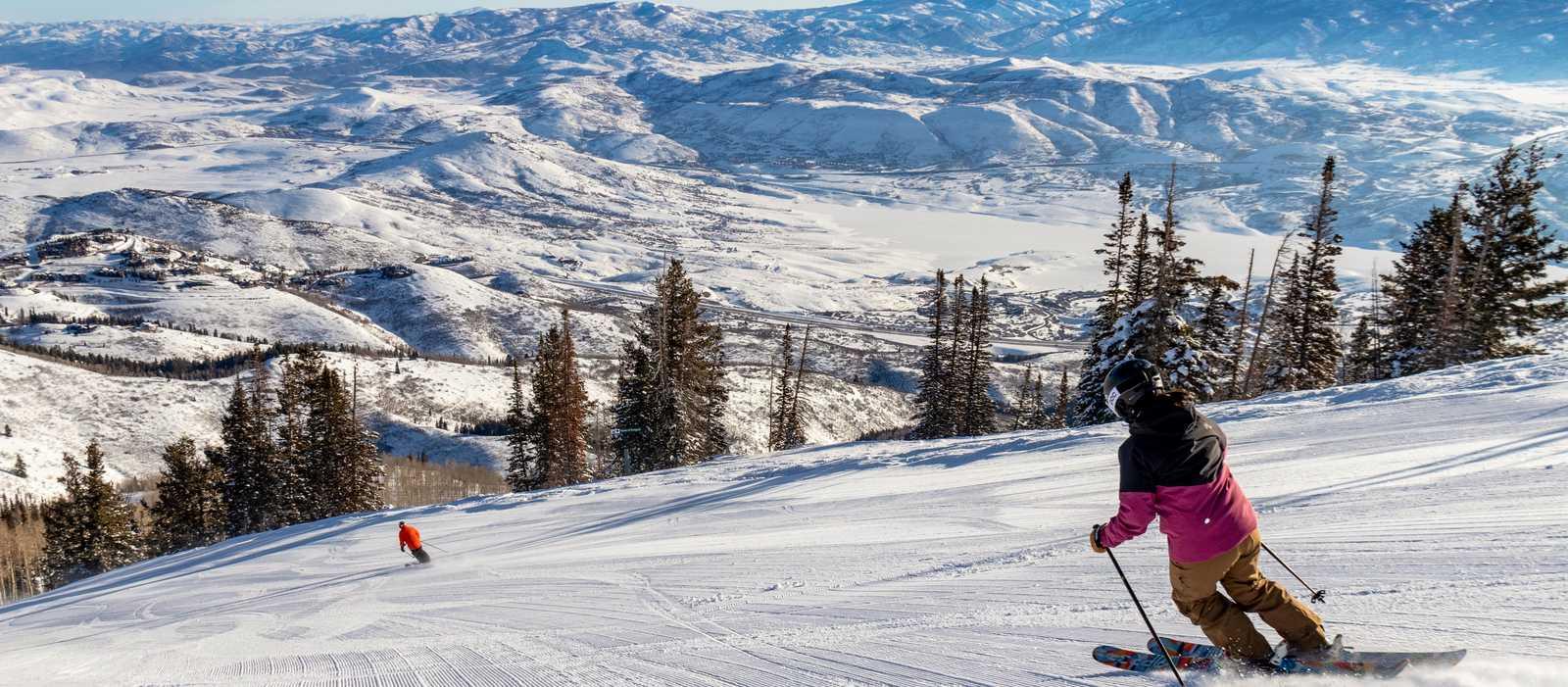 Skifahrer auf der Abfahrt ins Tal des Deer Valley in Park City, Utah