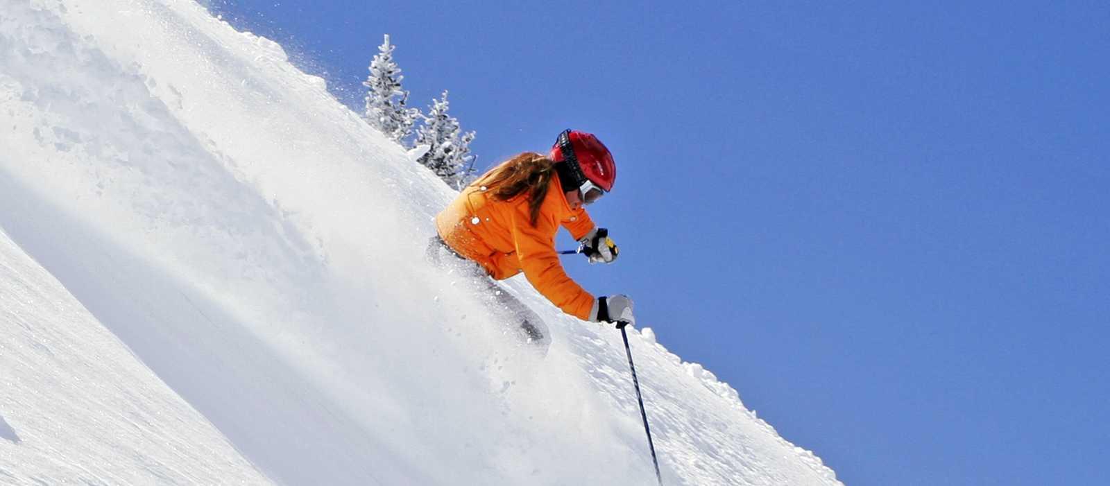 Skifahrer bei der Abfahrt im Powder