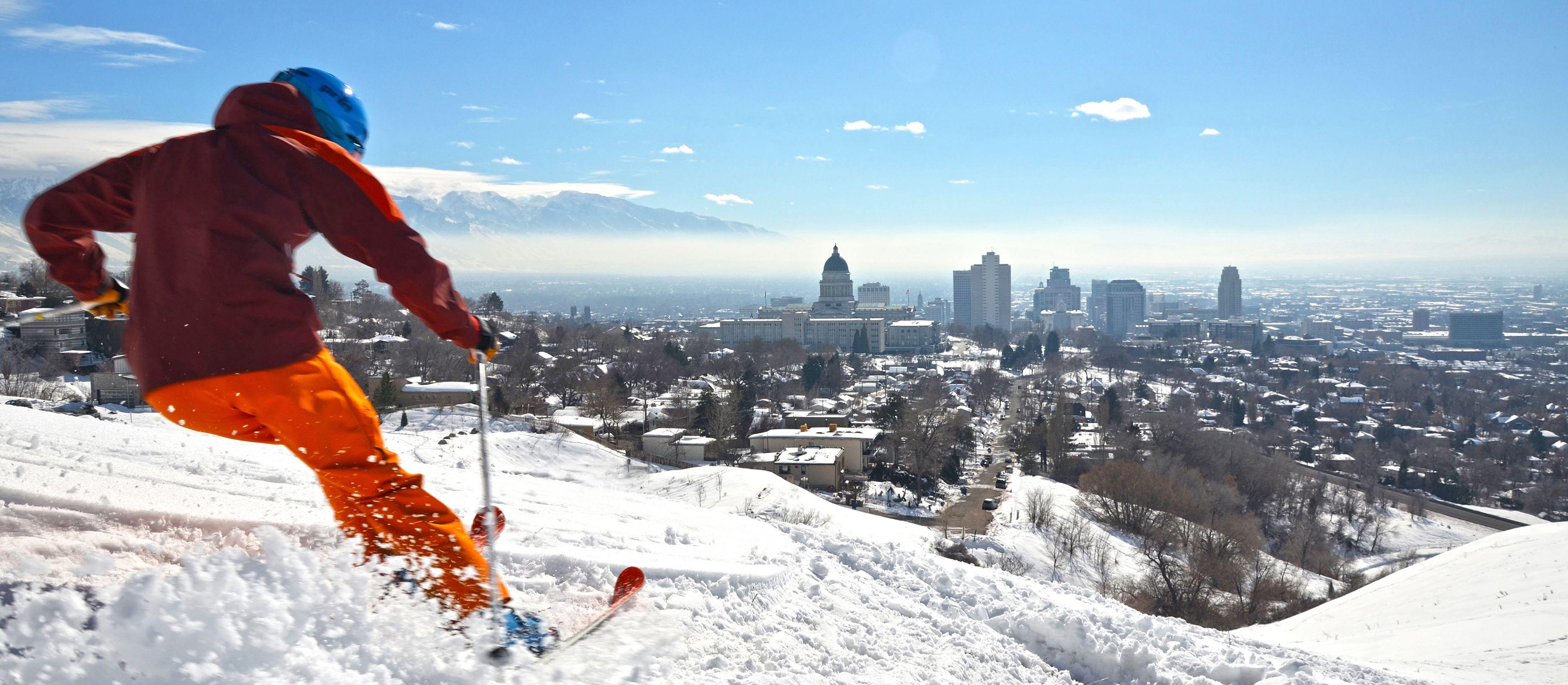 Skifahrer vor Salt Lake City Panorama, Utah