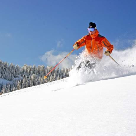 Nahaufnahme Skifahrer im Powder