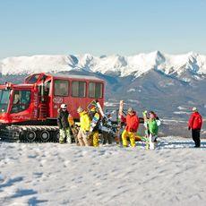 Gruppe Skifahrer neben Snow Cat