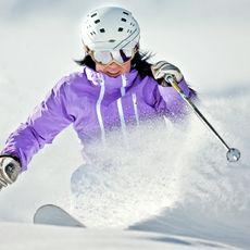 Skifahrerin bei Abfahrt