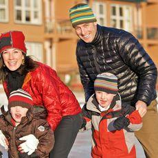 Familie beim Schlittschuhlaufen
