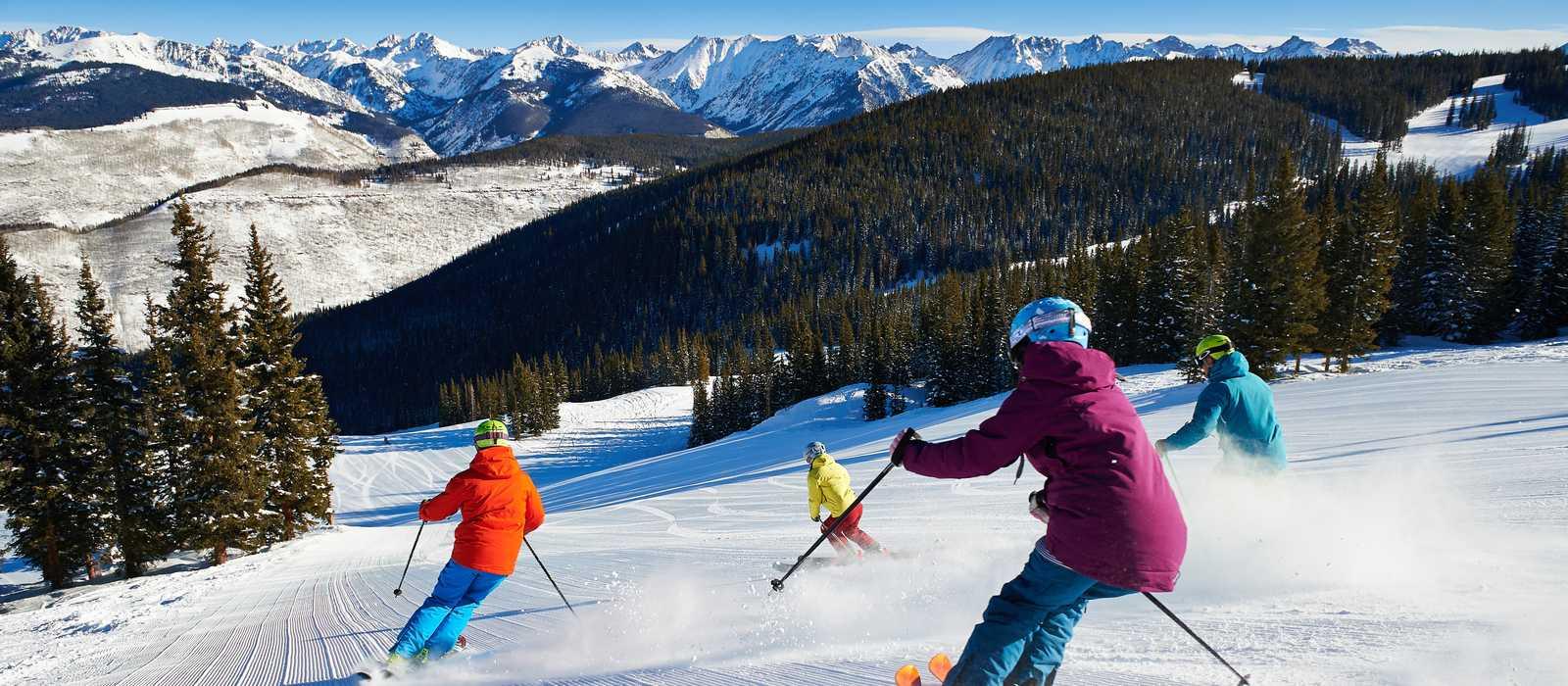 Gruppe von Skifahrern bei der Abfahrt, Colorado