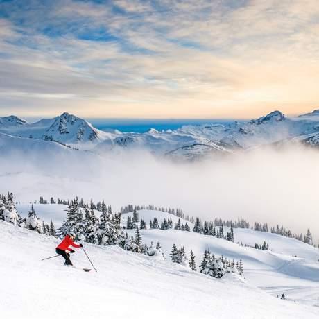 Abfahrt auf Skiern in den Sonnenuntergang in Whistler