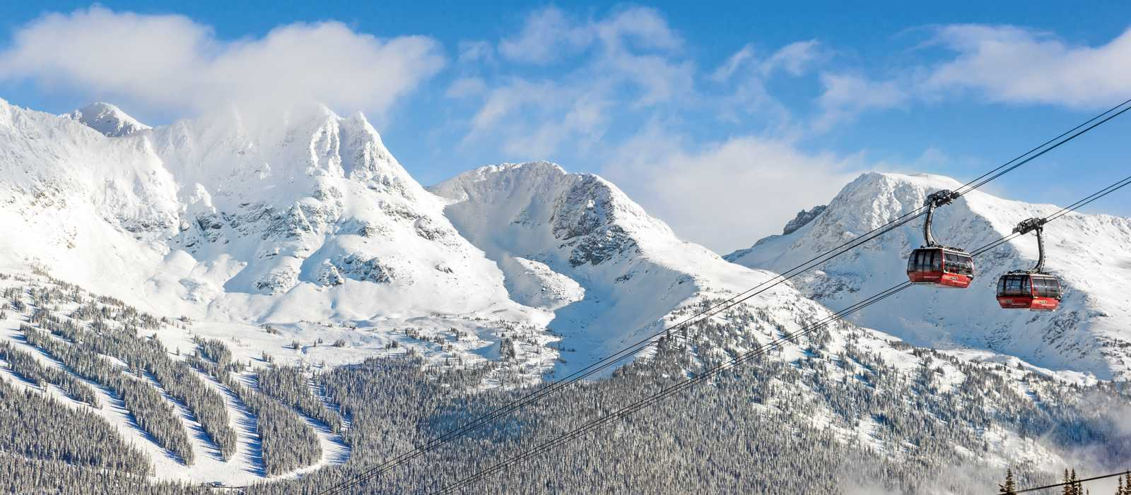 Skilift vor beeindruckendem Bergpanorama
