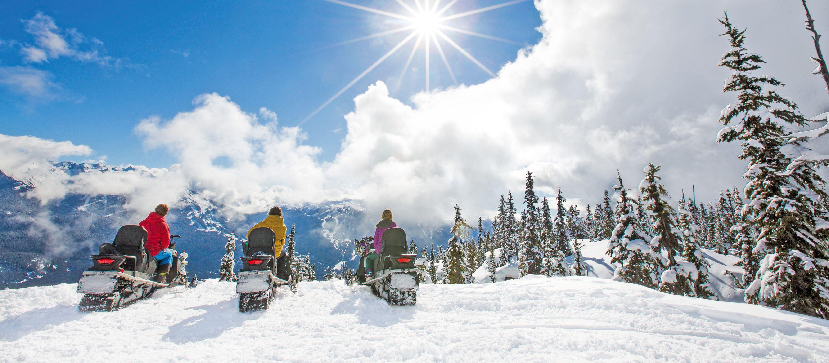 Bei sonnigem Wetter mit dem Schneemobil durch die Natur Whistlers