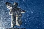 Statue im Schneegestöber in Whistler