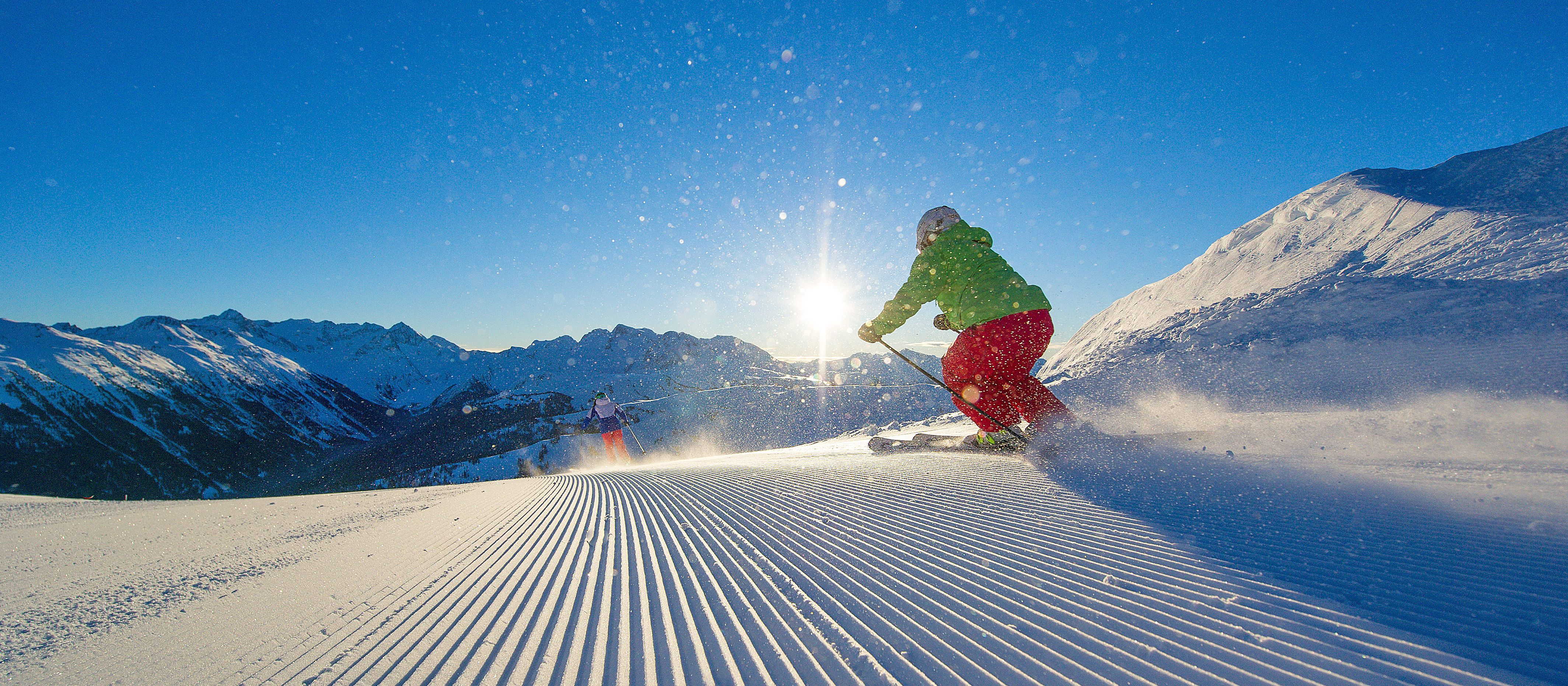 Zwei Skifahrer auf der Piste, Whistler, British Columbia