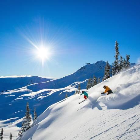 Zwei Skifahrer auf dem Whistler Mountain, Whistler, British Columbia