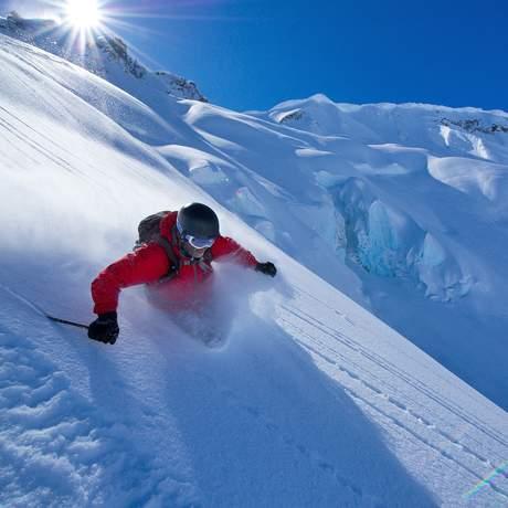 Skifahrer fährt durch Pulverschnee, Whistler, British Columbia