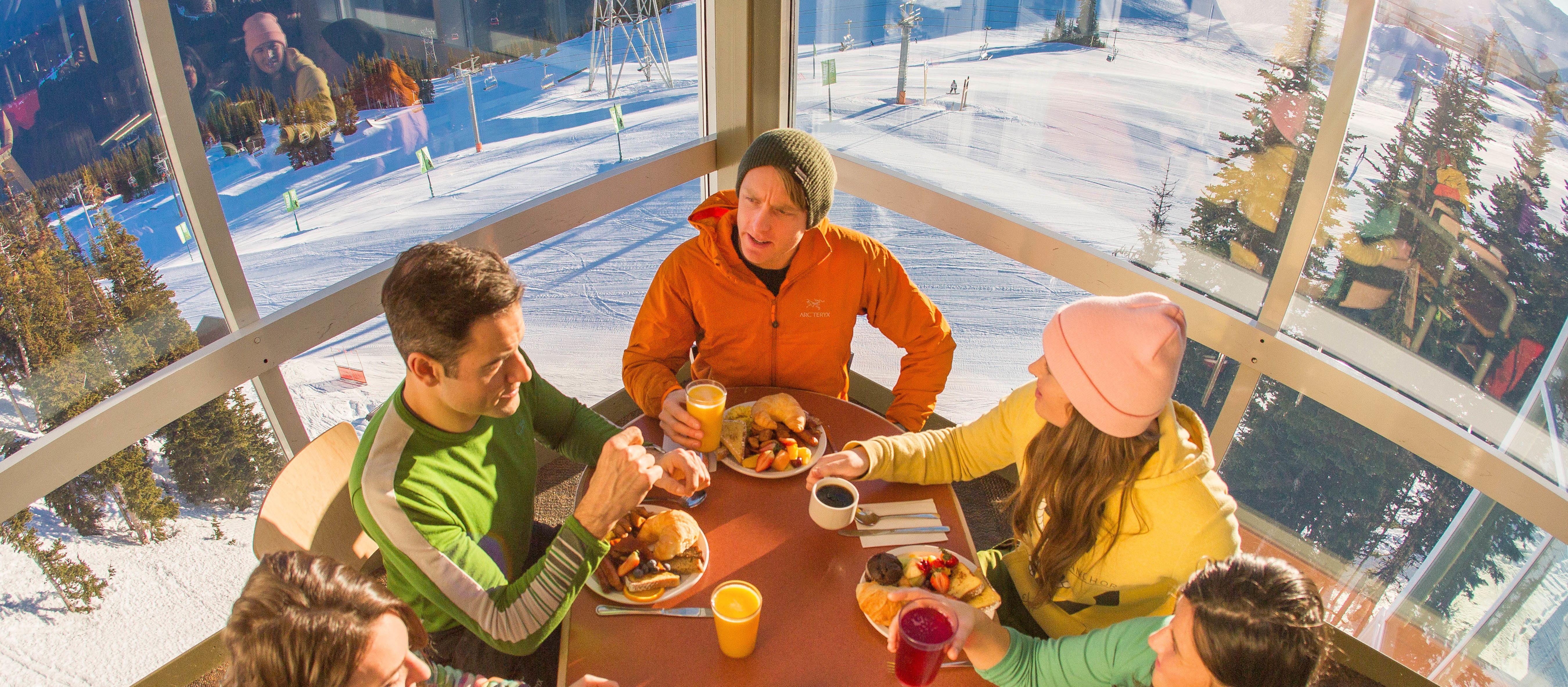Freunde beim Frühstück in der Roundhouse Lodge des Fresh Tracks Restaurants auf Whistler Mountain, British Columbia