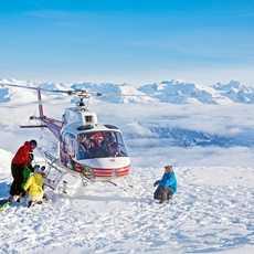 Helikopter setzt Skifahrer ab