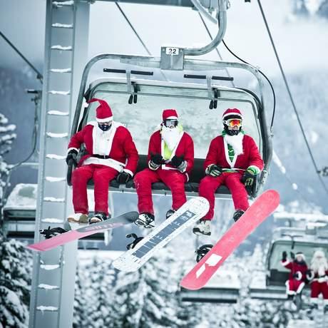 Snowboarder und Skifahrer in weihnachtlichen Kostümen