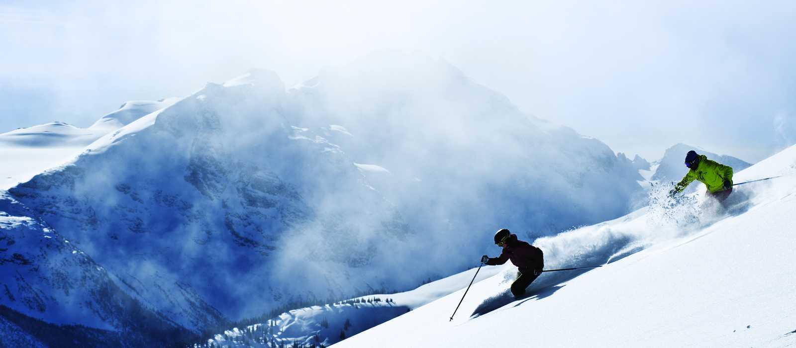 Zwei Skifahrer auf den Whistler Mountains, British Columbia