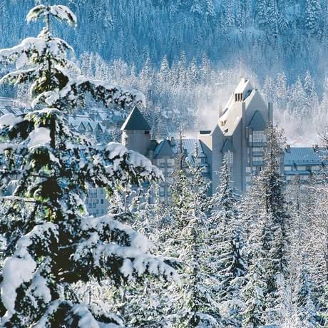 Aussenansicht des Fairmont Chateau Whistler im Schnee, British-Columbia