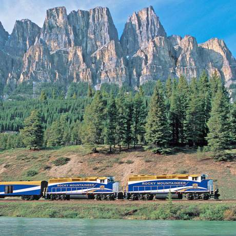 Rocky Mountaineer am Castle Mountain