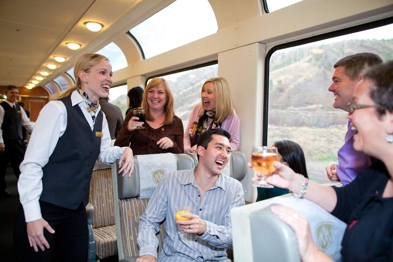 Silver Leaf Service im Zug der Rocky Mountaineer Bahngesellschaft