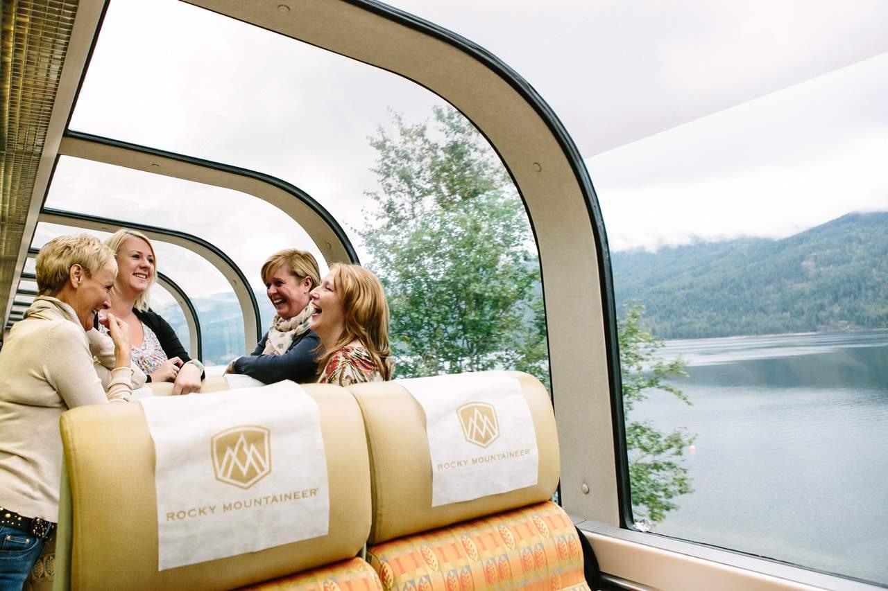 Passagiere im Zug der Rocky Mountaineer Bahngesellschaft