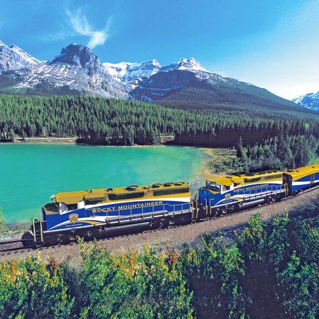 Rocky Mountaineer Zug unterwegs im Kicking Horse Pass