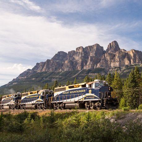 Zug der Rocky Mountaineer Bahngesellschaft vor dem Nature Castle Mountain