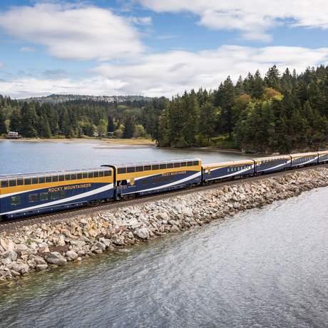 Zug der Rocky Mountaineer Bahngesellschaft überquert einen See