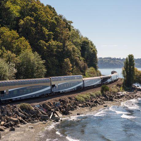 Zug der Rocky Mountaineer Bahngesellschaft am Wasser