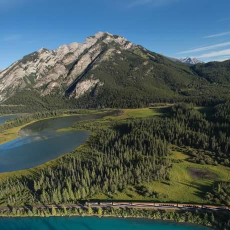 Zug der Rocky Mountaineer Bahngesellschaft aus der Luftperspektive