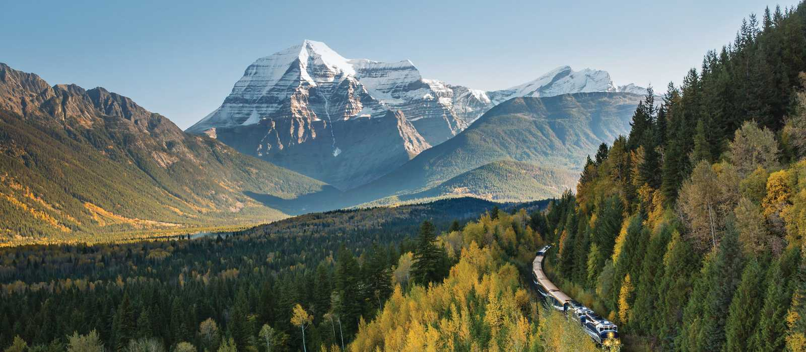 Zug der Rocky Mountaineer Bahngesellschaft vor dem Mount Robson