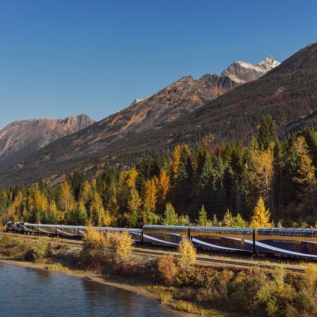 Zug der Rocky Mountaineer Bahngesellschaft vor einem Bergpanorama