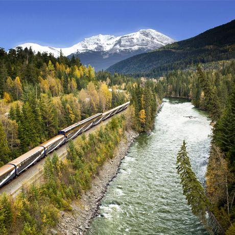 Zug der Rocky Mountaineer Bahngesellschaft in Berglandschaft