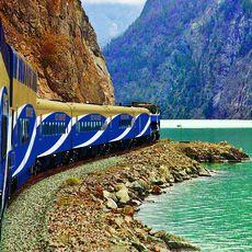 Zug der Rocky Mountaineer Bahngesellschaft am Seton Lake