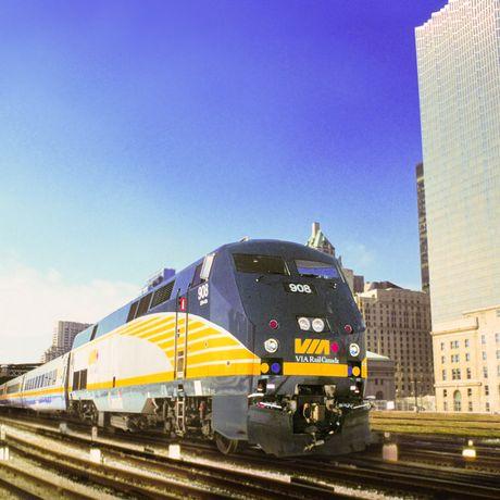 """Der Zug """"The Corridor"""" von VIA Rail Canada in Toronto"""