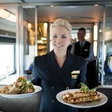 """Eine Zugbegleiterin serviert leckere Speisen im """"The Canadian"""" Zug von VIA Rail Canada"""